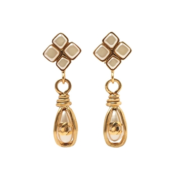 Chanel 1990s Diamond Shaped Top nude faux Pearl Gold Tone Vintage Earrings